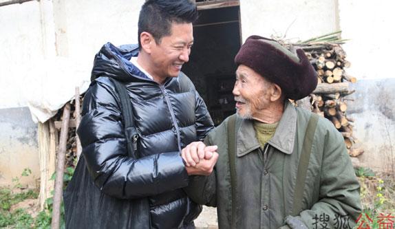 周杰湖北看望老兵 老人激动得拉着他的手