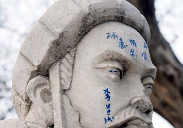 """襄阳""""三顾茅庐""""雕塑遭污损"""