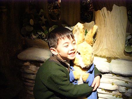 小K享受着与彼得兔亲密的时光