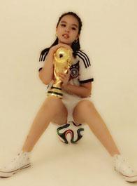 李咏女儿化身足球宝贝