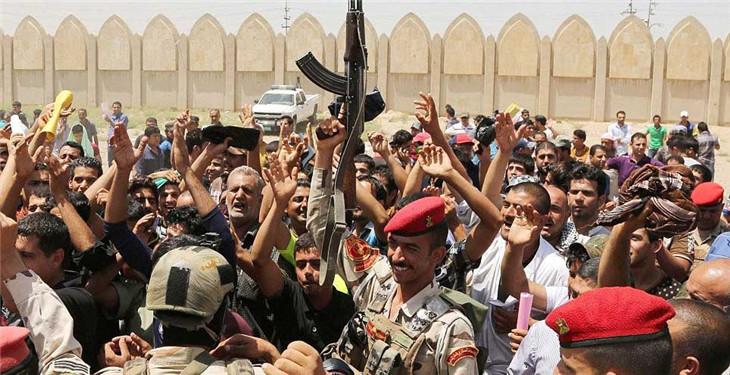 一名伊拉克陆战士兵举枪鼓舞志愿军们的士气