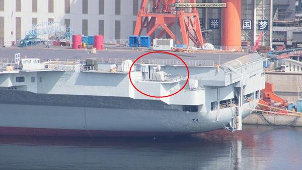 原文配图:辽宁舰从干船坞转移到码头,舰体已经焕然一新。