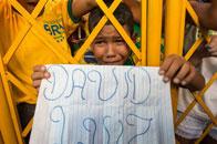 巴西小球迷泪流满面