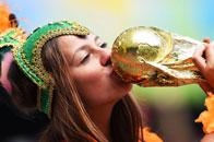 荷兰美女亲吻大力神杯