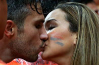 范佩西罗拥吻爱妻