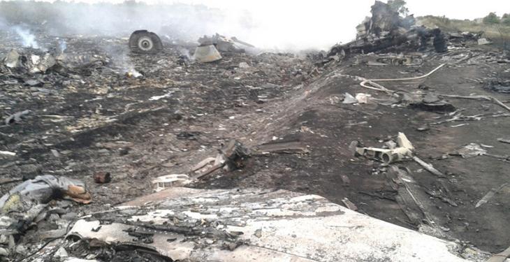 飞机残骸碎片分散的到处都是