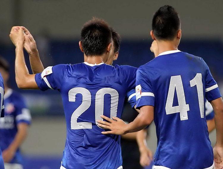 北京时间7月24日,2014赛季中国足协杯第四轮八分之一决赛继续进行,19点30分,苏州锦富队坐镇主场迎战上海申鑫队。上半场尾声之际,苏州锦富利用一次角球战术,由俞增频头球打破僵局。下半场5分钟之内,替补出场的杨家威、王赟先后为申鑫队打入一球。最终全场比赛结束,上海申鑫队2-1逆转取胜,晋级下一轮,业余球队苏州锦富遗憾出局。   第3轮足协杯比赛中,业余球队苏州锦富通过点球决战淘汰中超球队辽宁宏运,令人大呼过瘾。而上海申鑫在上轮中超联赛中输球,上半程结束后仅积16分排名第12,保级压力愈增。在顾此失彼