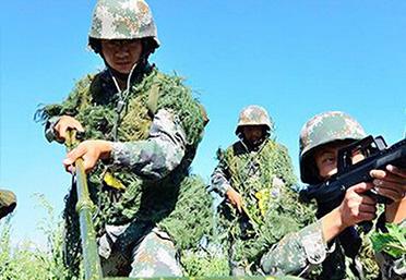 八一期间新疆军区侦察分队开展特战训练