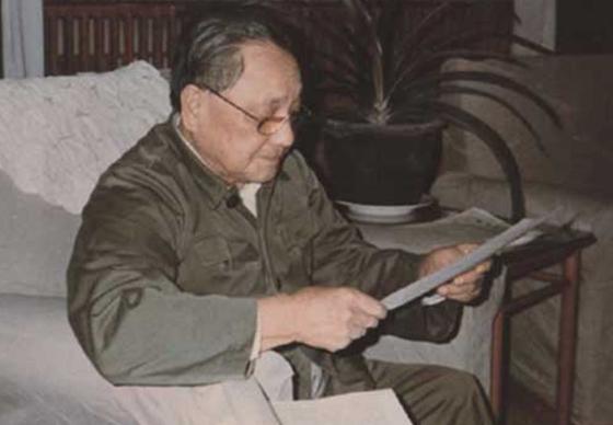 邓小平看武侠小说休息
