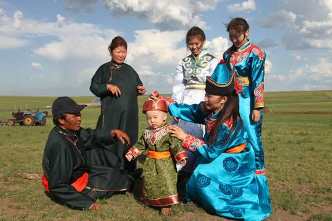 56个民族全家福共迎2015春节 鄂温克族篇