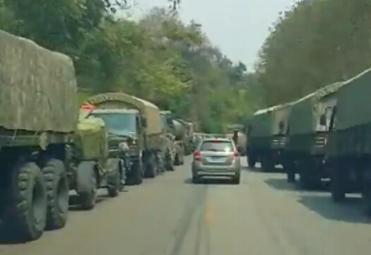 解放军陆空部队进驻中缅边境 道路两旁塞满军车
