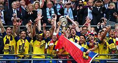 足总杯-阿森纳4-0卫冕 众将捧杯