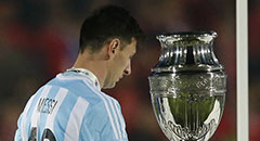 美洲杯-阿根廷失冠 梅西擦身奖杯显落寞