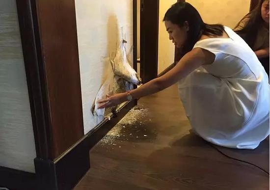 把墙壁壁纸剪开,露出里面的蘑菇