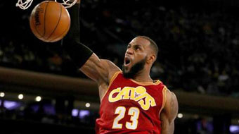 NBA-骑士胜尼克斯 詹姆斯霸气劈扣