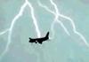 实拍俄罗斯客机600米高空遭雷击
