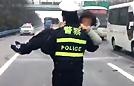 """警察""""公主抱"""" 抢救女司机"""