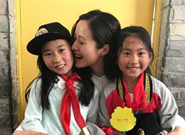 江一燕陪希望小学孩子读书