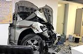 女司机穿高跟开车撞墙