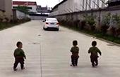 爸爸上班三胞胎追车跑