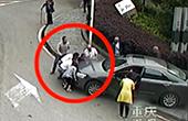 男童被卷车底路人抬车