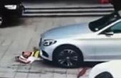 奔驰停车遇阻碾压保安