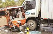 货车撞多辆三轮1死18伤