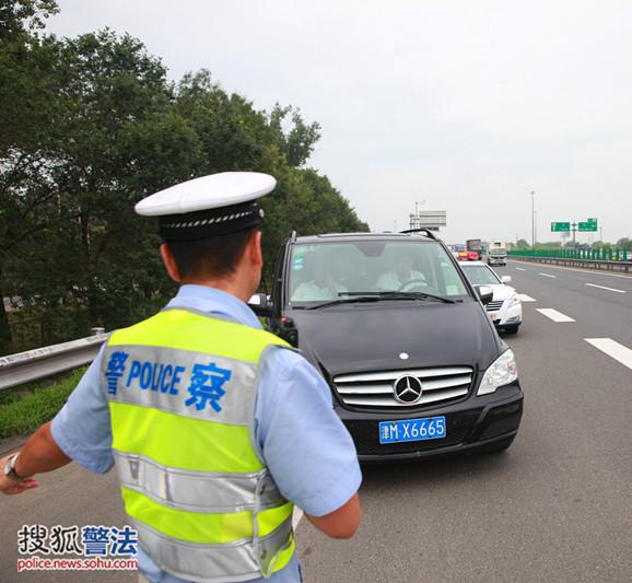 司机停高速路应急车道玩手机被抓现行 罚6分200元