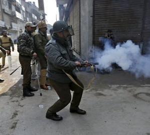 """印度警方测试外国""""臭弹"""":不够臭,轻松地忍了"""