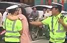 协警执法遭女子强吻阻挠