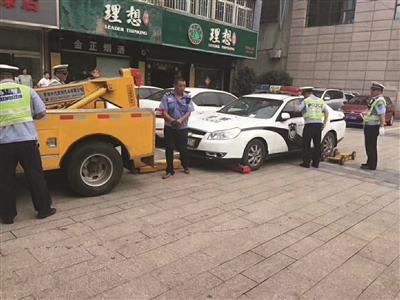 警车大街上违停被交警拖走 司机拒绝出示驾照