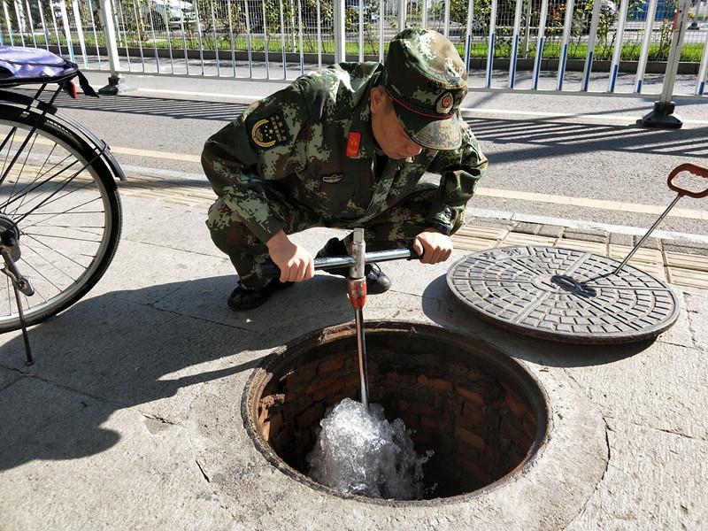 不让一个消火栓'带病上岗延庆支队官兵深入辖区大力开展消火栓普查保养工作