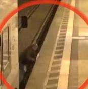 男子穿铁轨时火车开动 被卡火车与站台间奇迹生还