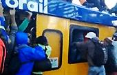 实拍南非民众开挂挤地铁