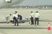 东航一乘务员从飞机后舱门摔下导致骨折