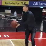 J罗篮球馆一展身手