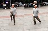 白发大爷街头花式颠球