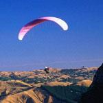 男子背滑翔伞300米高空连翻20跟头