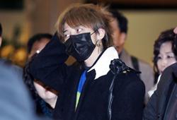 G-Dragon清晨现身机场 打扮低调疲态尽露