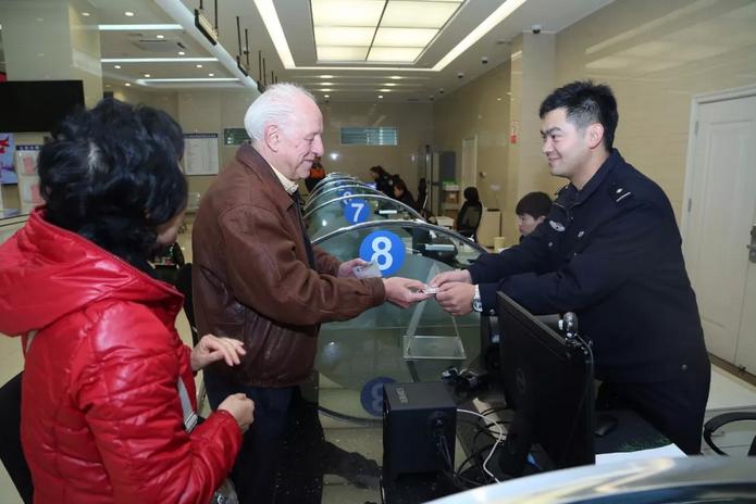 玉溪警方发出首张外国人永久居留身份证