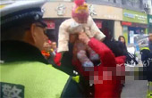 男子被罚把孙女扔给交警