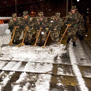 武警上海总队出动400余兵力凌晨除冰扫雪