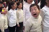 小学生合唱卖力到翻白眼