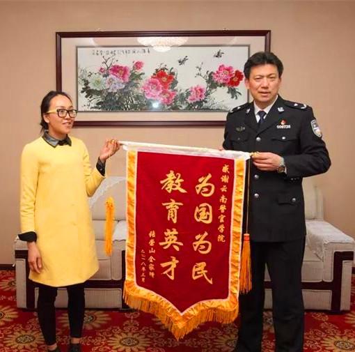云南警官学院学警火场勇救母女后续:被救者家属赠锦旗致谢