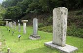 家人扫墓发现墓碑失踪