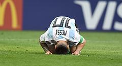 世界杯-阿根廷3-4法国 梅西跪地久久不起